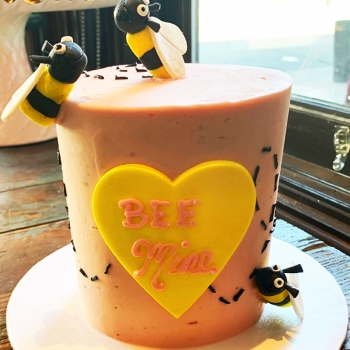 sweetheart_bee_mine_cake